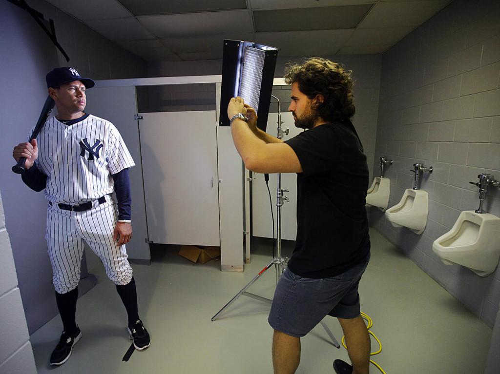 Nick Laham produzindo as fotos com seu iPhone no vestiário dos Yankees